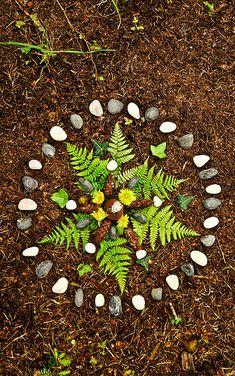 The beauty of nature. An active heart centered meditation. {Land Art} {Find Yourself in Nature} {Luke Harrison} Land Art, Art Et Nature, Nature Crafts, Mandala Art, Art Environnemental, Nature Activities, Preschool Activities, Ecole Art, Forest School