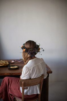 fox fodder : Sunday Suppers Holiday Shop -- flower crown inspiration for an autumn wedding. This picture was found by frank Kinfolk Style, Retro Mode, Sunday Suppers, Her Hair, Style Inspiration, Boho, Hair Styles, Pretty, Flowers