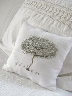 New embroidery pillow modern french knots Ideas French Knot Embroidery, Embroidery Applique, Cross Stitch Embroidery, Embroidery Patterns, Japanese Embroidery, Art Patterns, Flower Embroidery, Embroidered Flowers, French Knot Stitch