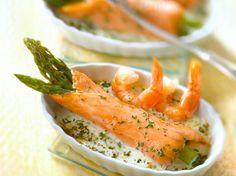 Découvrez la recette Roulades de saumon fumé aux asperges, sauce aux crevettes sur cuisineactuelle.fr.