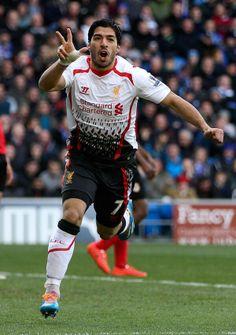 Liverpool le ganó por 6-3 a Cardiff City de visitante en la fecha 31 de la Premier, con un hat trick de Luis Suárez, que llegó a 28 tantos