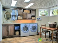 J'aime l'idée de rangement qui entoure laveuse-sécheuse! ca propre et rangé! Stacked Washer Dryer, Washer And Dryer, Condo, Decoration, Home Interior Design, Washing Machine, Laundry Room, Garden Design, Home Appliances