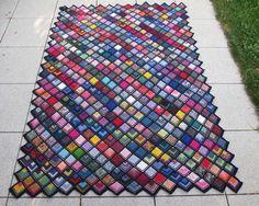 Nach genau 12 Wochen ist heute meine Decke nach Art einer Frau Schulz-Decke fertig. Von Spitze zu Spitze 1,30 m breit, 1,80 m lang. Es sind...
