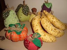 Frutas de tecido Vou fazer uma oficina no dia 27/02 as frutas são recheadas com plumante, costuradas à máquina Sewing Toys, Sewing Crafts, Sewing Projects, Craft Projects, Handmade Crafts, Diy And Crafts, Crafts For Kids, Fabric Toys, Fabric Crafts