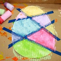 Mom to 2 Posh Lil Divas: Wet Chalk Tape Resist Easter Egg Painting. Can also use to paint flowers and other things Cool Easter Eggs, Easter Art, Hoppy Easter, Easter Egg Crafts, Classroom Crafts, Preschool Crafts, Kids Crafts, April Preschool, Easter Crafts For Toddlers