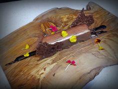 Lingote de AOVE, queso y chocolate con matices de aceitunas negras.