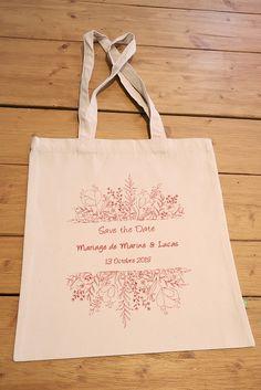 """Offrez à vos proches ce grand tote bag en coton bio """"flower power"""" pour annoncer la date de votre mariage. Save The Date Mariage, Coton Biologique, Flower Power, Reusable Tote Bags, The Originals, Unique Weddings, Personalized Wedding, Quirky Wedding"""