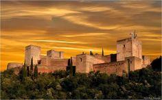 Nunca desistas de un #sueño. Sigue las señales que te llevan a él. Te invitamos a #SoñarGranada. #Fotografía de José Luis Hens. #DreamingGranada #Alhambra #sunset