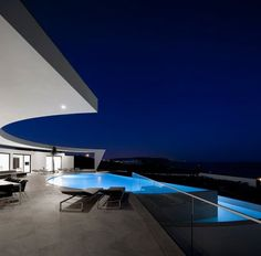 Casa Colunata is a house that is just downright sexy. From the color palette to the clean lines to the structural curves, it's stunning all around. Designed by the Portuguese studio of Mário Martin…