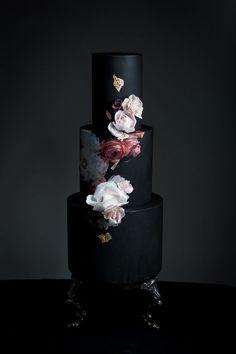 bolo dos noivos preto e dourado