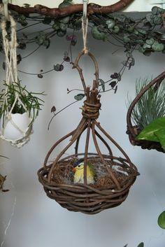 サイズ:Φ16㎝xh23㎝材料:輸入あけびあけび蔓で編んだ鳥の巣。子どもの時に見た田舎の風景(大きな木に鳥の巣がいっぱいぶら下がっていて、夕方になると...|ハンドメイド、手作り、手仕事品の通販・販売・購入ならCreema。