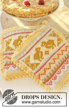 """DROPS Easter: Knitted DROPS pot holders with chicken pattern in """"Paris"""". ~ free knitting pattern by DROPS Design Knitting Gauge, Knitting Charts, Knitting Patterns Free, Knit Patterns, Free Knitting, Free Pattern, Drops Design, Crochet Design, Chicken Pattern"""