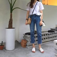 Fad: high wasted long pants that are folded at the bottom La classe de la mode coréenne est splendide Fashion Moda, Look Fashion, Trendy Fashion, Girl Fashion, Fashion Outfits, Fashion Trends, Spring Fashion, Fashion Ideas, Sweet Fashion