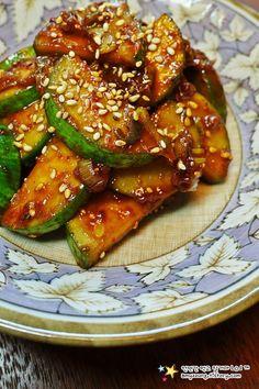 파기름에 볶아 색다른 맛~ '애호박볶음 만들기' K Food, Good Food, Yummy Food, Korean Side Dishes, Asian Recipes, Ethnic Recipes, Vegetable Seasoning, Korean Food, Food And Drink