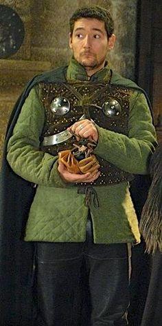 Kaamelott Bohort (Nicolas Gabion) dans la légende est le nom de deux personnages Bohort le pere roi de Gaunes un des premiers avec son frere Bran de Benoic a rejoindre durant la premiere partie du regne les troupes d'Arthur son fils cadet Bohort l'Essillié l'un des meilleurs chevaliers de la table ronde est parmis les trois a mener a son terme la quete du graal