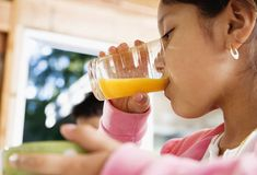 Kids and Juice Most children love juice, but don't give them too much. The American Academy of Pediatrics recommends no more than 4 to 6 ounces of 100% fruit juice per day for kids younger than 6, and 8-12 ounces for ages 7 to 18.Juices