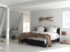 Kleuren in je slaapkamer laten terugkomen op je bed. Bijvoorbeeld door een sprei, plaid of kussentjes.