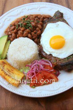 Churrasco style steak and egg with menestra bean stew Comida Latina, Churrasco Recipe, Colombian Cuisine, Colombian Bakery, Banane Plantain, Good Food, Yummy Food, Mexican Food Recipes, Ethnic Recipes