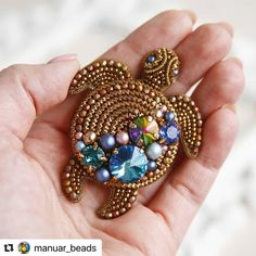 """Работы Мастеров Со Всего Мира on Instagram: """"#Repost @manuar_beads with @make_repost ・・・ А вот и моя черепашка🐢! Жуткий ладошечный монстр, несущий на спине пиратские сокровища. Подарок…"""" Bead Embroidery Jewelry, Beaded Jewelry Patterns, Fabric Jewelry, Beaded Embroidery, Beading Patterns, Brooches Handmade, Handmade Jewelry, Bead Crafts, Jewelry Crafts"""