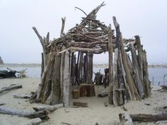 driftwood hut Love this hut. But do you know how hard it is to truly bury a piece of driftwood into sand? Trend Board, Glamping, Whidbey Island, Driftwood Art, Driftwood Beach, Sea Witch, Oregon Coast, Storyboard, Seaside