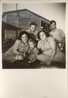 עודד הקטן עם ההורים - אמירה ואריה ליד הצריף שלהם 1951