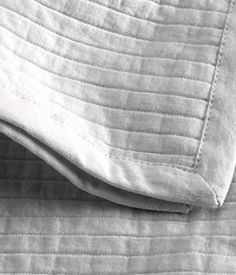 Bedspread in cotton with a striped texture and tape trim.