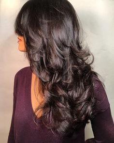 Фактурно лесенка смотрится на волнистых волосах