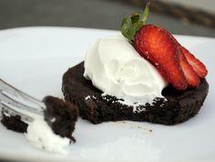 Flourless Chocolate Cakelets | http://bakingbites.com/2013/03/gluten-free-mini-chocolate-cakes/