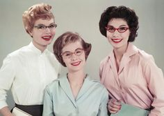 Tres chicas en 1958 con #gafas de #ojos de gato, vuelve la moda