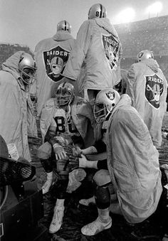 Oakland Raiders players during a match against the Denver Broncos at Mile High Stadium, Denver, November 1974 Oakland Raiders Wallpapers, Oakland Raiders Images, Oakland Raiders Football, Denver Broncos, Oakland Athletics, Raiders Players, Nfl Football Players, Best Football Team, College Football
