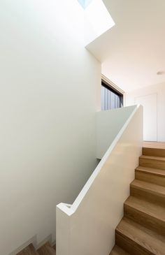 R House House Bull Staircase House Stairs House Staircase House Staircase, Entry Stairs, Wooden Staircases, Wooden Stairs, Glass Railing, Stair Railing, Contemporary Stairs, Contemporary Decor, Stair Lighting