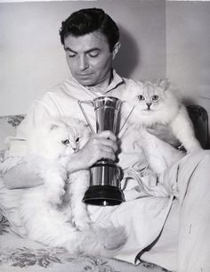 James Mason rodeado de gatos.