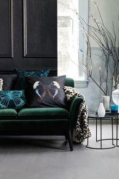 Des coussins comme des tableaux, un velours vert éméraude - élégant!