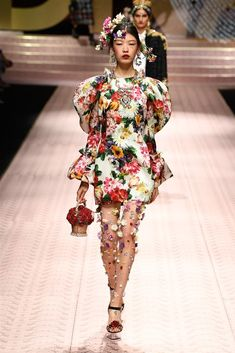 Dolce & Gabbana Spring 2019 Ready-to-Wear Fashion Show Collection: See the complete Dolce & Gabbana Spring 2019 Ready-to-Wear collection. Look 88 Spring Fashion Outfits, Fashion Now, Funky Fashion, Women's Summer Fashion, Fashion Brands, High Fashion, Fashion Looks, Womens Fashion, Bts Mode
