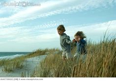 boy_and_girl_running_through_dune_grass_holding_hands_IAIAET000223.jpg (650×454)