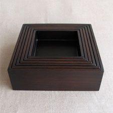 IZUMO utsuwa 赤木明登 正方切溜 切溜とは、料理の材料入れや保存に使った日本古来の台所道具です。 赤木さんの切溜はスッキリとしたシャープな形ですが、拭き漆で仕上げてあるので、 木目が透けカジュアルな印象。 お鍋などの材料を盛ったり、入れ子の6つの箱をそれぞれ組み合わせ3組の蓋物にしたり、 もちろん料理の盛る器としてもお使いいただけます。 お正月のお節や、節句にちらし寿司を入れたり、お友達との持ち寄りパーティ、 お花見など、多様に使えます。  http://izumo-utsuwa.com/03artist/01_akagi%20/aa-11.html