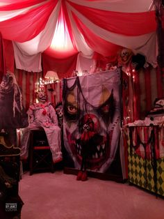 In love with our DIY scary clown room Verliebt in unser gruseliges DIY Clownzimmer . Halloween Maze, Casa Halloween, Halloween Circus, Creepy Halloween Decorations, Haunted House Decorations, Outdoor Halloween, Halloween Birthday, Halloween Party Decor, Halloween Witches