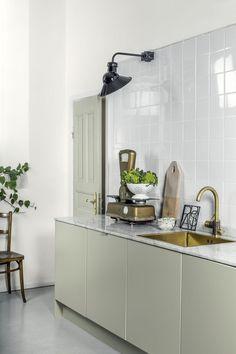 Cuisine kaki, vert de gris, marbre et doré
