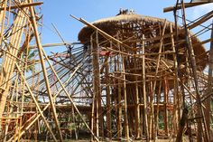Green School Bambu by PT Bamboo Pure. Green School is a school built with bamboo. This is energy self-sufficiency through a combination of solar, biogas and micro-hydro power through an innovative generator, the vortex of low impact. (1024×683)