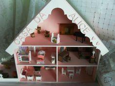 Casinha em mdf de miniaturas com 5 cômodos e uma area anexa para fogão a lenha, casinha do cachorro, area de serviço com máquina de lavar e mesa de passar. Inclusas todas as peças de decoração.