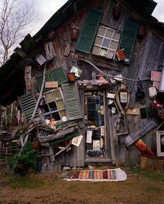 Maison sens dessus-dessous. / By Richard Greaves2.