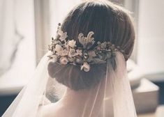 Wedding hairstyles with flowers and veil Chignon Hair, Headband Hairstyles, Bridal Hairstyles, Coral Wedding Flowers, Flowers In Hair, Wedding Hair Brunette, Bridesmaid Hair Updo, Bride Veil, Wedding Hairstyles With Veil