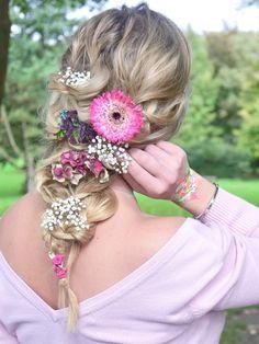 Ich habe eine Anleitung für euch zu dieser Rapunzel-Frisur mit frischen Blumen Geflochtene Haare - lange Haare - Blumen im Haar - Disney - Frisur - Frisuren - Rapunzel Frisur - Blüten im Haar - DIY - selbst gemacht