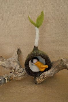 Primavera Bud Waldorf inspirado aguja fieltro flor-muñeca: