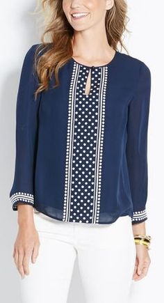 White jeans,navy blue blouse with white trim, sleeves Kurta Designs, Blouse Designs, Sewing Blouses, Casual Outfits, Fashion Outfits, Neck Designs For Suits, Mode Hijab, Blouse Styles, Blue Blouse