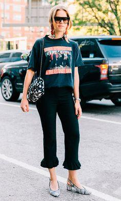 Street style look: camisetas com mensagens: ao que tudo indica as camisetas com estampas que se destacam estarão em nossos looks nesse próximo ano.
