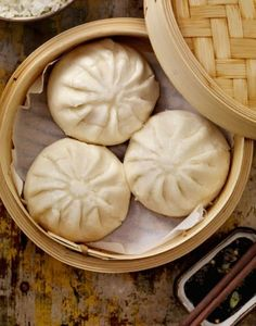 Recette Banh Bao - The Best Asian Recipes Vietnamese Cuisine, Vietnamese Recipes, Asian Recipes, Banh Bao Recipe, Pork Buns, Steamed Buns, Steamed Dumplings, Asian Cooking, Dim Sum
