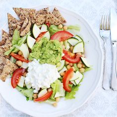 Tenkte bare å tipse om en kjempe god og sunn lunsj! Salat, kikerter, tomat og squash, toppet med guacomole og cottage cheese! Anbefaler også å spise Rye Chips