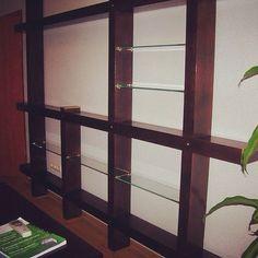 Как выбрать полки на стену? Как сделать полки на стену своими руками? Смотрите фото красивых и оригинальных полок для стен. У нас вы найдете видео изготовления книжных полок своими руками.