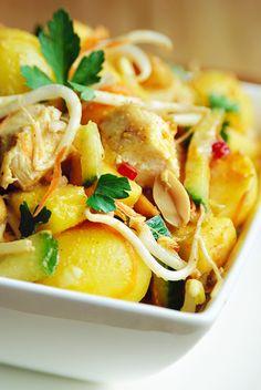 Bereiden: Bestrooi de kipfilets met zout en peper en grill of bak ze gaar in een beetje boter. Laat afkoelen en snijd in kleine blokjes. Kook de aardappeltjes gaar in lichtgezouten water. Giet af, laat afkoelen en snijd doormidden. Meng alle ingrediënten voor de pindadressing, knijp het sap van de limoen erboven uit en roer alles goed door.